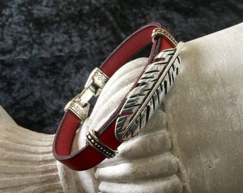 Mixed bracelet red leather with a past shape leather feather