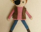 Réservé pour Annette - tissu poupée chiffon Doll Pirate aux cheveux brun poupée en chemise rayée, cache-oeil et gilet