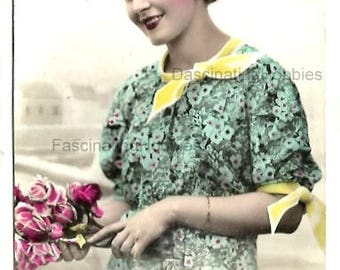 1940 - Elegant Portrait WOMAN - Fashion Green with Yellow Bows DRESS - Bunch of ROSES Flowers - Good Condition - french written - real photo