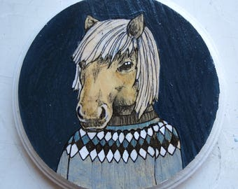 Small round painting of an Icelandic Horse wearing an Icelandic Sweater