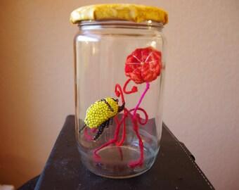 Ma cétoine jaune dans son bocal, objet récupération de matières, bijoux Gwenda'ailes