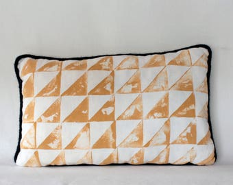 Pillows with vintage yellow triangles and passpoil tricotin Navy.