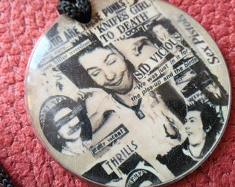sex pistols !! vintage early 90s , plastic pendant .