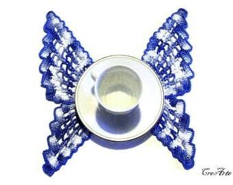 Blue and Shades of Blue crochet butterfly doily, centrino blu e blu sfumato a forma di farfalla all'uncinetto