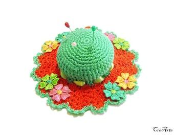 Teal and Orange crochet hat pincushin, Cappellino puntaspilli acquamarina e arancione all'uncinetto