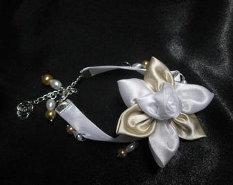 Bracelet in white and ivory satin decorated with a satin flower and Pearl