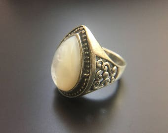 Sterling silver ring with mother of pearl, size 6.5, weight 10 grams