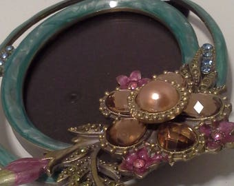 Pretty oval frame, with glass