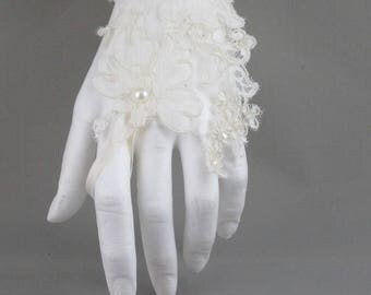 A color for the bride-ivory lace glove. Ecru lace