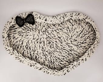 Cookies 'n' Cream Heart Shaped Cat Bed