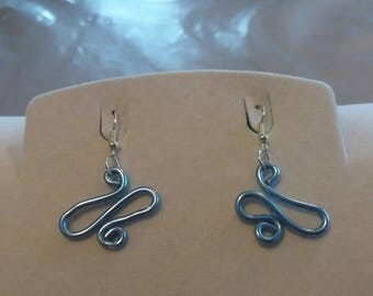 Earrings made of aluminum wire work