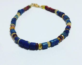 Casual unisex bracelet with mix of natural stones and ceramics, with yellow gold clasp