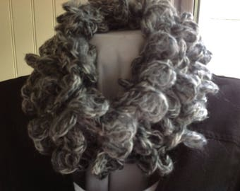 "SNOOD round neck ""WALLY"", two white tone is gray, crocheted with yarn forming small ruffles"
