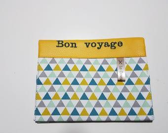 """étui passeport avec 2 compartiments à cartes simili cuir moutarde brodé """"Bon voyage""""  et tissu graphique ,  travail soigné."""