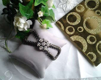 Rhinestone cabochon and snake chain bracelet