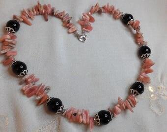 Collier en morceau de rhodochrosite et Perle Noire