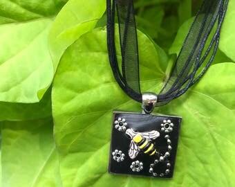 Black buzzing pendant necklace