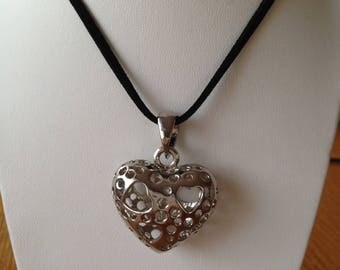 Collar shaped curved openwork heart and suedine cord