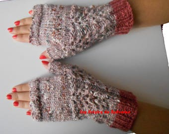 Fingerless gloves with lace pattern and thumb