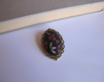 "Brooch vintage red flower ""skewer me"" fabric"