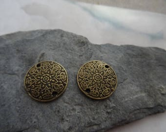 2 pretty flowers engraved round connector 20 mm for earrings or pendant in bronze colored metal.