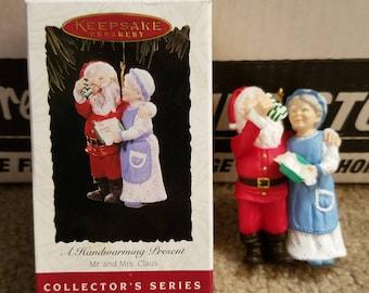 1994 Hallmark Keepsake Ornament A Heartwarming Present Mr. and Mrs. Claus #9 QX528-3