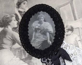 An air of vaudeville (brooch)