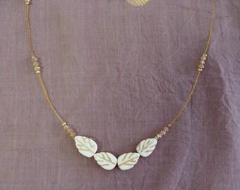 Collier petites petites feuilles sur fil doré