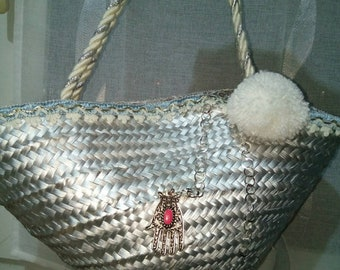 A pretty basket bag, silver color, with doublure.mesure 46cm top width and 21cm in diameter at the bottom.
