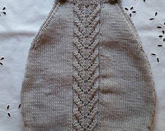 Barboteuse gris clair avec motif devant et derrière tricoté main en 6 mois