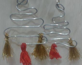 Wire design with tassels