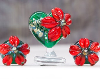 Christmas Poinsettia Heart & Pair Bead Set. Lampwork Glass Beads with Lustre detail by Clare Scott iheartbeads SRA