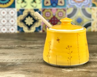 Ceramic honey pot. Handmade honey pot. Mango glazed honey pot. Porcelain honey pot. With bees, wildflowers sillouettes. Wooden honey dipper.