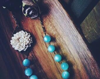 Large Ivory Chrysanthemum Flower Necklace w/Aqua Blue vintage beads.