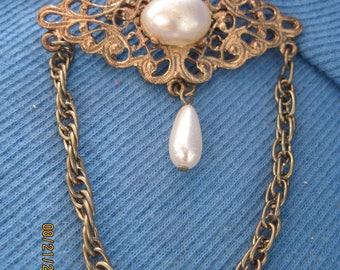 Vintage PRETTY Gold Filigree Faux Pearl Dangle & Chain Brooch/Pin....#7433