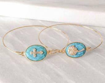 Bracelet jonc plaqué or turquoise avec croix