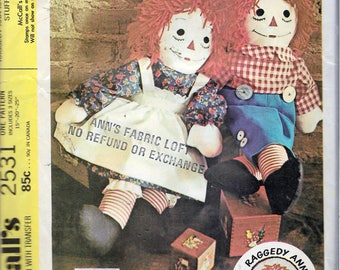 """Vintage 1970 McCall's 2531 Raggedy Ann & Raggedy Andy Stuffed Dolls With Transfer For Embroidery Sewing Pattern 3 Sizes 15"""", 20, 25"""" UNCUT"""
