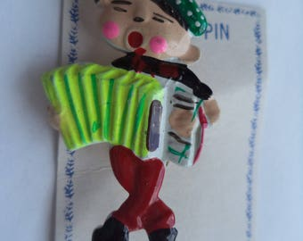 Vintage Cute Plastic Accordion Player Brooch/Pin   Lightweight