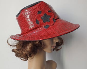Hat in red and black leatherette