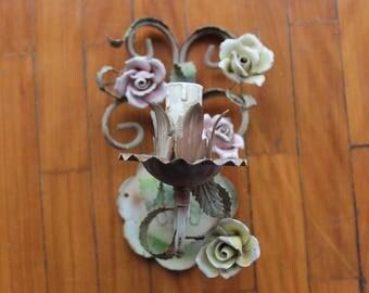 Bellissima applique in ferro battuto con decorazioni di rose color pastello. Francese, vintage, brocante. Shabby country chic, bedroom