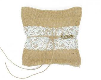 Coussin d'alliance jute, dentelle et charms LOVE, ring pillow burlap, lace and charms LOVE