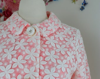 1990s Spring Coat - Designer Kate Spade Daisy Franny Coat - White Embroidered Daisy Pink Trench - Sheer Lining Pockets Size XS/S