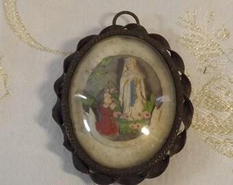 Médaillon religieux. Marie et Bernadette. Lourdes. Vintage.