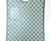 Grand bavoir en coton enduit imperméable motif écailles de sirène bleu vert gris bébé enfant fille garçon