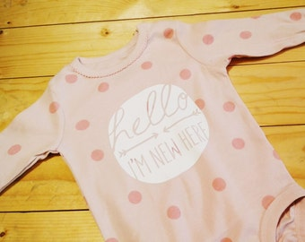 Hello I'm New Here Bodysuit / Newborn Outfit / Baby T-Shirt / Cool Baby Clothes / Funny T-shirts / Baby Shower Gift / Girl Take Home Outfit