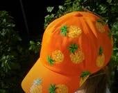 casquette fille, peinte à la main, orange avec ananas, taille ajustable, mode été, soleil, mode fille plage, mode vacances, casquette girly