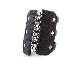 Handmade cow leather bracelet with silver chain in middel and silver snaps