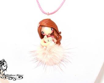 Collier poupée en fimo avec pompon rose clair