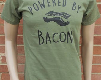 New POWERED by BACON rare funny novelty joke Printed High Quality Cotton Humorous T-Shirt. Various Tee Sizes and Colours. Unisex Loose Fit