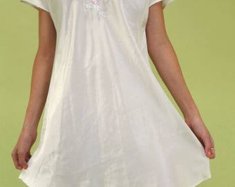 Gorgeous vintage Natori bright white v-neck short sleeve loose slip with floral embroidery SIZE XS-M
